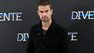 Theo James: Anthony Hopkins ist mein Vorbild