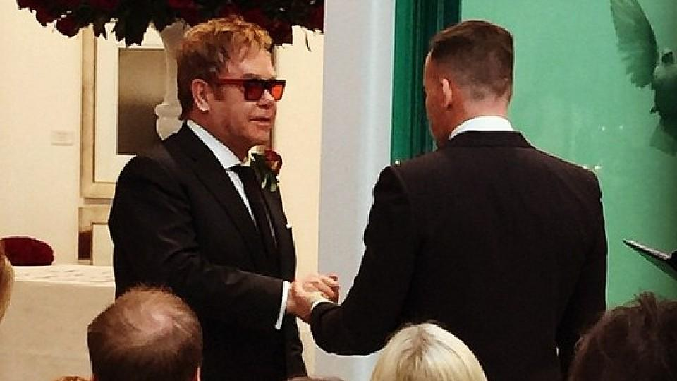 Elton John und David Furnish haben geheiratet.