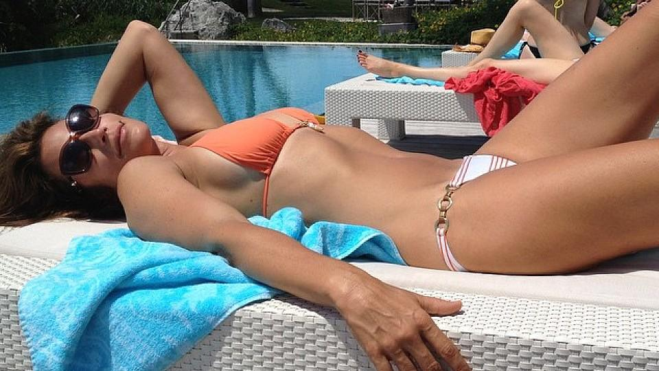 Cindy Crawford mit Top-Figur am Pool