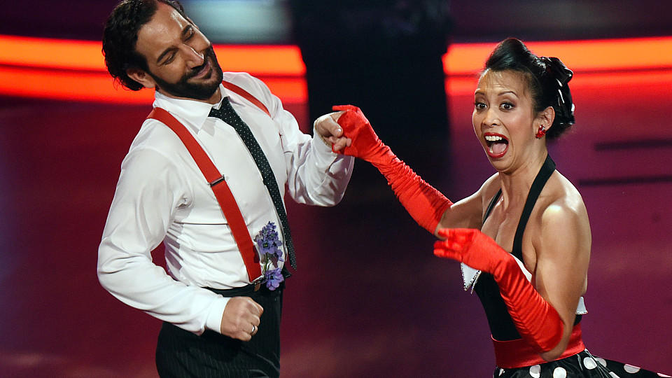 Minh-Khai Phan-Thi und Massimo Sinato tanzten in Show acht bei 'Let's Dance' Jive.