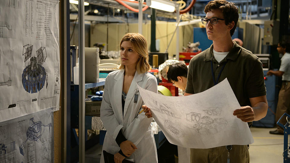 Sue Storm (Kate Mara) und Reed Richardson (Miles Teller) im Labor.