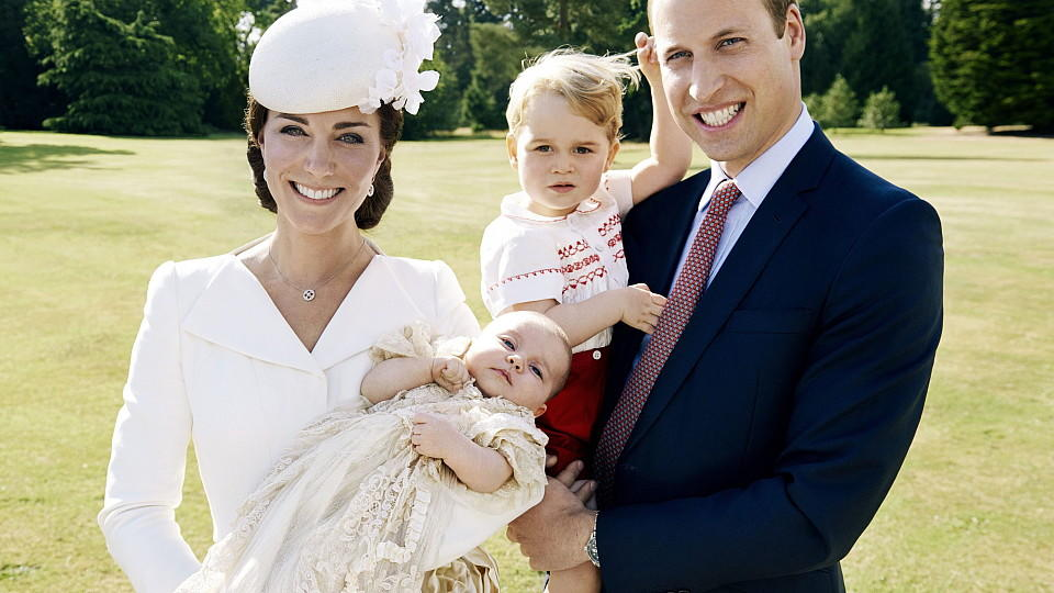 ARCHIV - HANDOUT - A handout image provided by the Kensington Palace Press Office on 09 July 2015 shows Catherine, The Duchess of Cambridge holding her daughter Princess Charlotte next to her husband Prince William, The Duke of Cambridge, carrying th