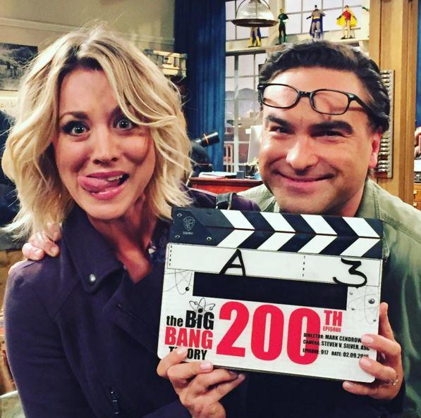 "Kaley Cuoco (li.) und Johnny Galecki am Set der 200. Folge von ""The Big Bang Theory""."