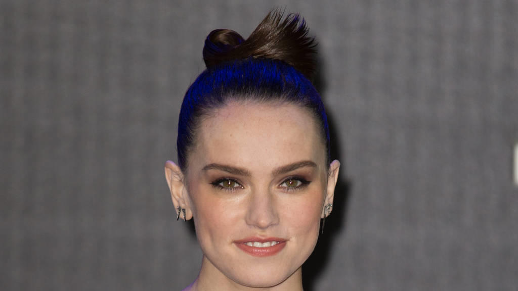 Daisy Ridley zeigt William und Harry das 'Star Wars'-Set