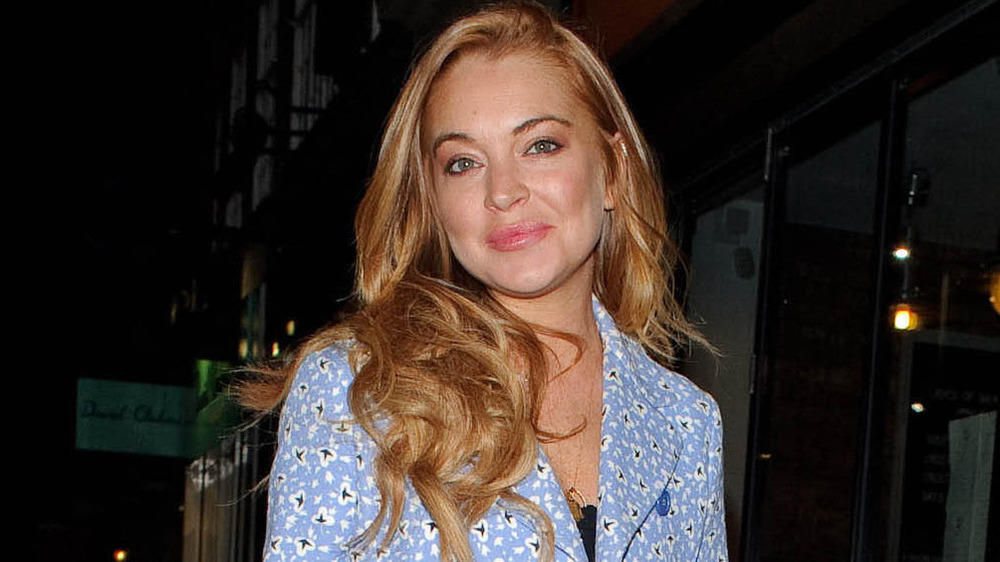 Lindsay Lohan knipst Weihnachtsbaum in Kettering an