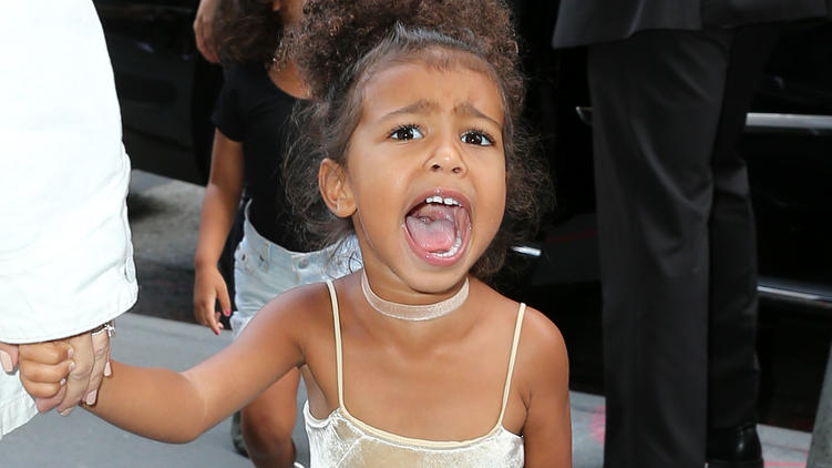 North West schreit die Paparazzi in New York an.