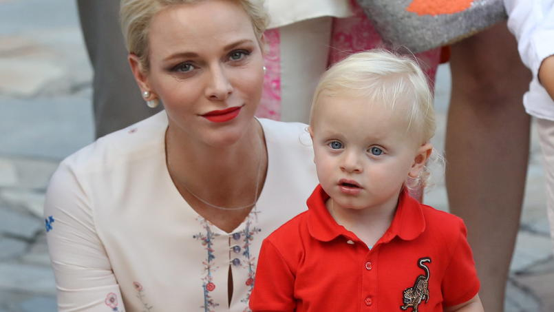 epa05533869 Princess Charlene of Monaco holds Prince Jacques (R), the heir apparent to the Monegasque throne while attending the annual picnic in Le Parc Princesse Antoinette' in Monaco, 10 September. EPA/VALERY HACHE / POOL +++(c) dpa - Bildfunk+++