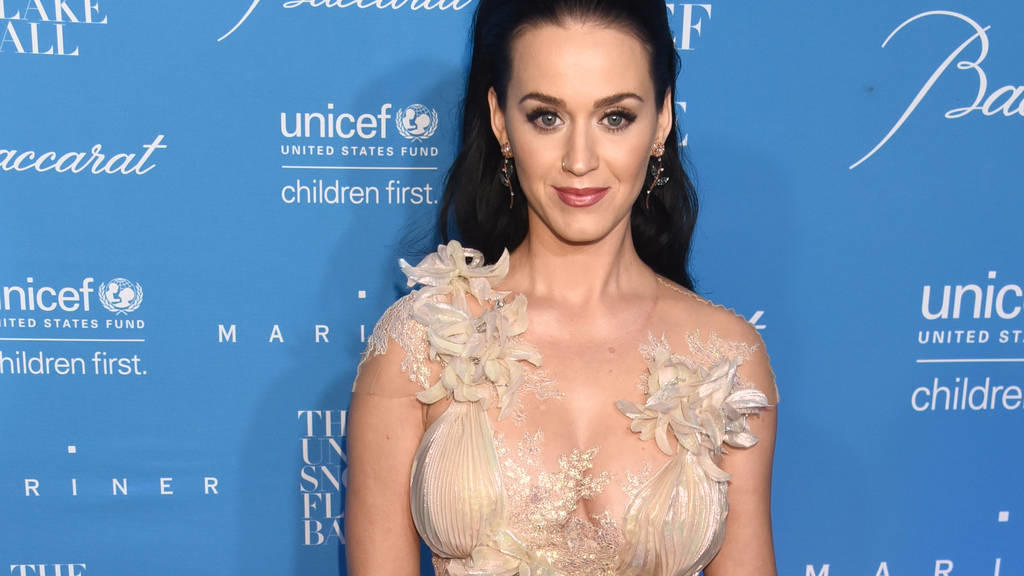 katy perry widmet die schuhe ihrer kollektion bestimmten. Black Bedroom Furniture Sets. Home Design Ideas