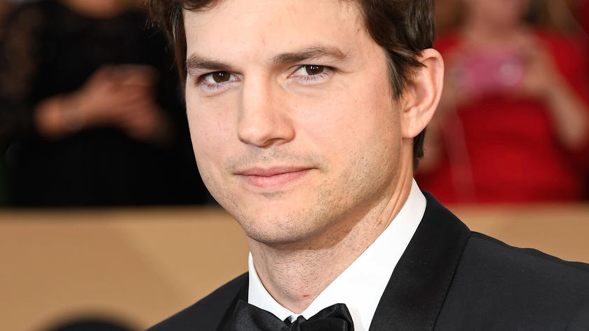 Ashton Kutcher in Smoking und mit Fliege