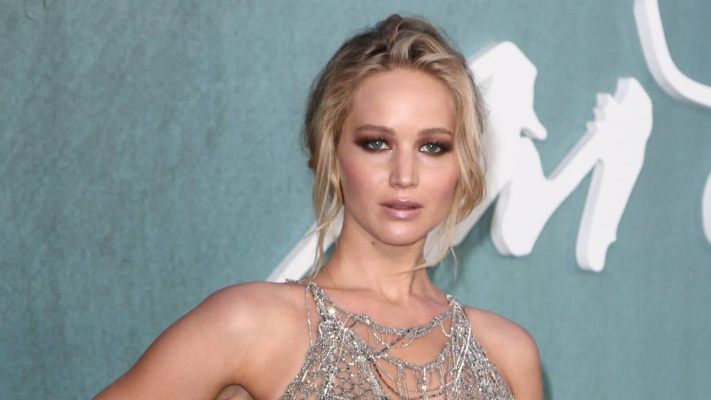 Jennifer Lawrence verliebt auf dem Red Carpet