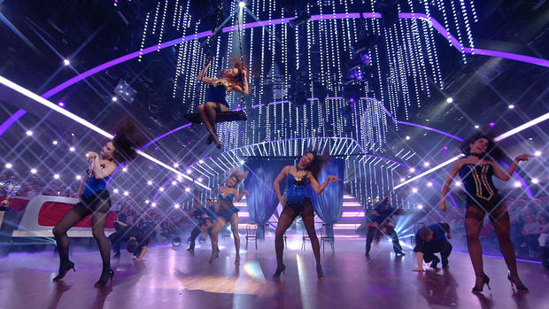 Die Profis präsentieren einen Tanz zu Christina Aguilera