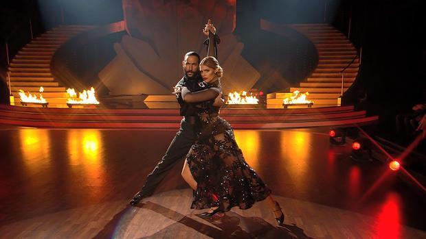 Angelina Kirsch und Massimo Sinató zeigen einen Tango