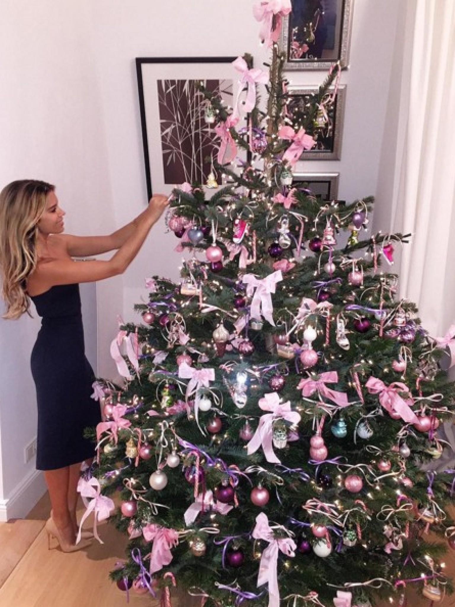 weihnachtsbaum rosa kugeln christbaum h 228 nger kugel in rosa lila weihnachtsbaum interieur. Black Bedroom Furniture Sets. Home Design Ideas