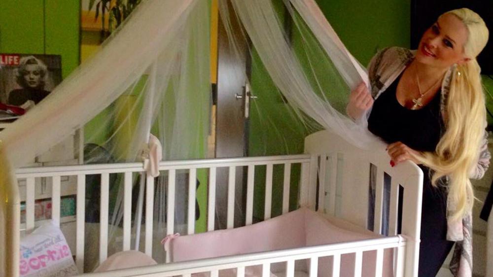 decke oder schlafsack diskussion um daniela katzenbergers baby bett. Black Bedroom Furniture Sets. Home Design Ideas