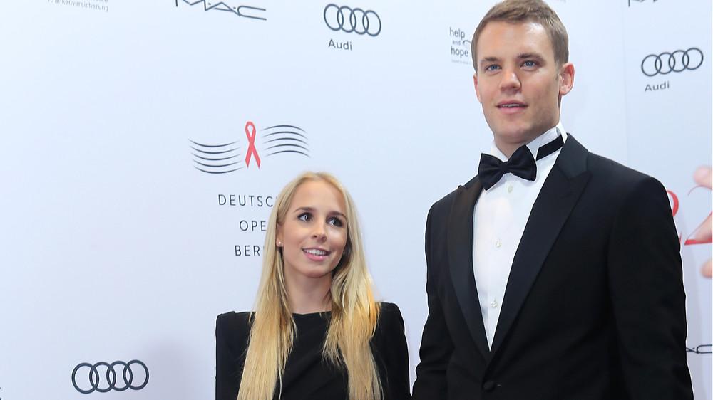 Manuel Neuer mit Freundin Nina auf dem roten Teppi