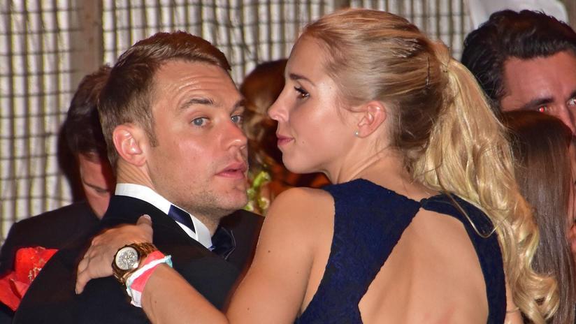 Manuel Neuer zeigt sich zusammen mit Freundin Nina Weiss auf dem roten ...