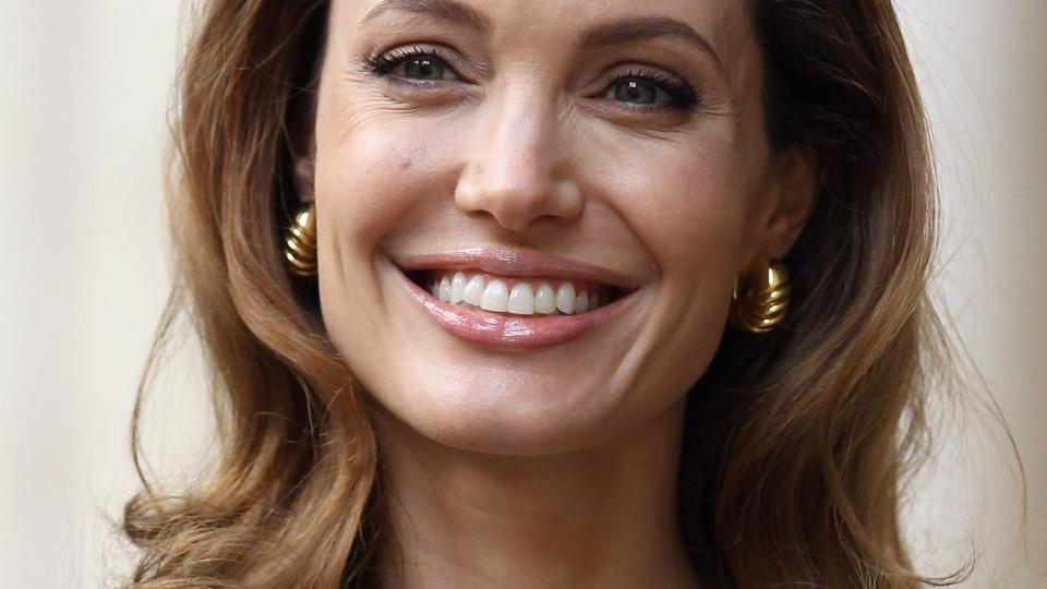 Angelina Jolie nackt auf Wunsch