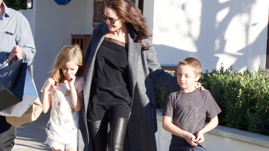 angelina jolie geht mit ihren kindern vivianne und knox in. Black Bedroom Furniture Sets. Home Design Ideas
