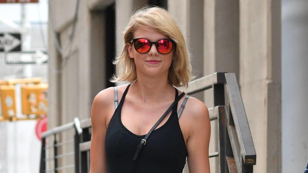 taylor swift hilft freund joe alwyn auch in amerika fu zu fassen. Black Bedroom Furniture Sets. Home Design Ideas